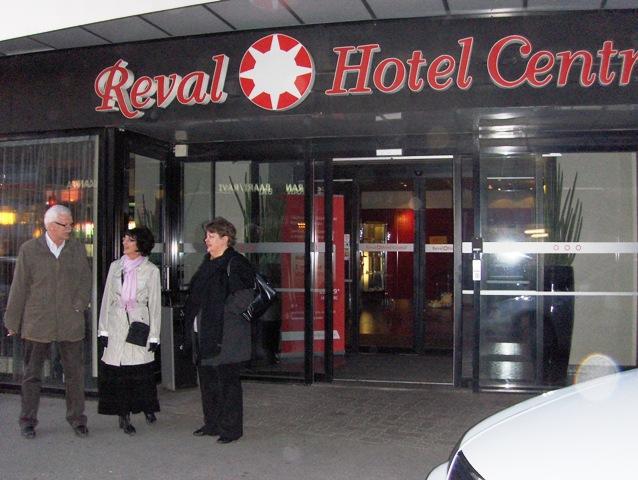 Hotellli Centralin edessä...